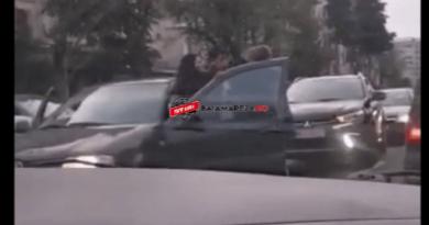 PUMNI SI PICIOARE! Bătaie în trafic între două şoferiţe din Baia Mare (VIDEO)
