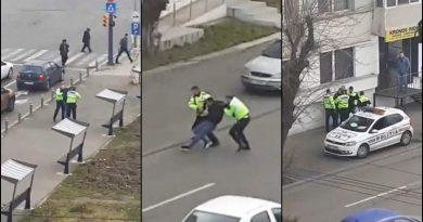 ABUZ AL CURCANILOR: Pieton încătuşat de poliţie, după ce a refuzat să se legitimeze (Video)